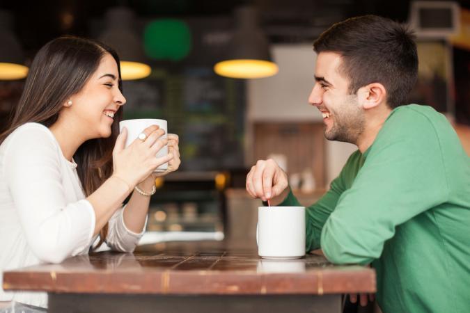 Hombre y mujer disfrutando de una charla en un café