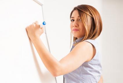 Mujer dibujando en una pizarra