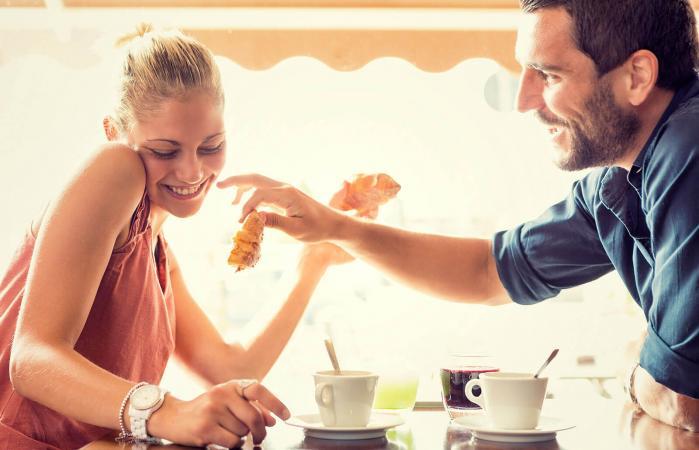 Pareja desayunando juntos