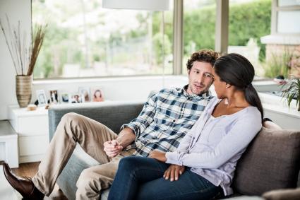 Pareja hablando intimamente el sofá