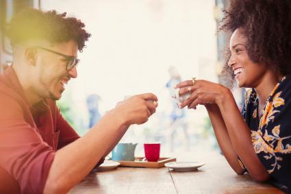 Pareja conversando mientras toman un café