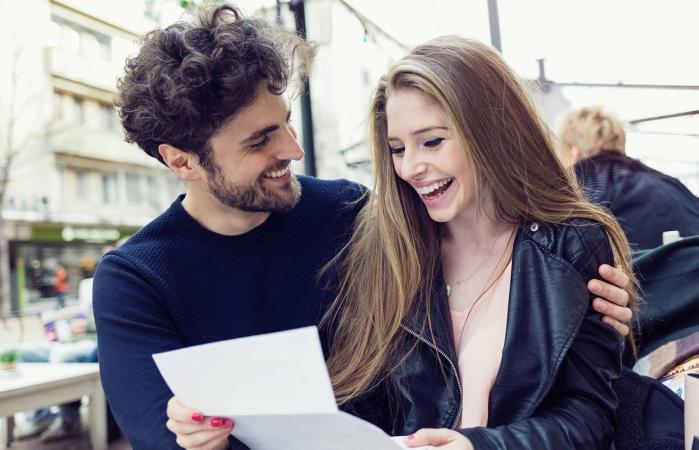 Hombre le entrega carta de amor a su pareja