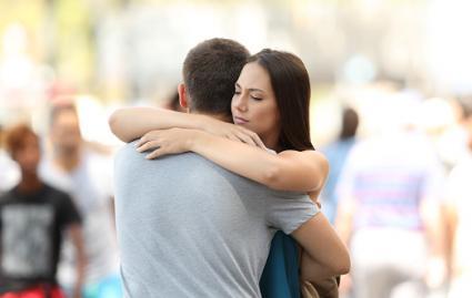 Pareja abrazándose en la calle