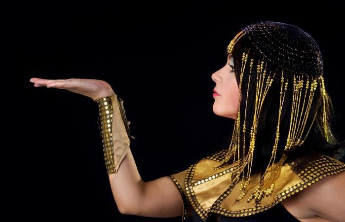Mujer vestida de Cleopatra