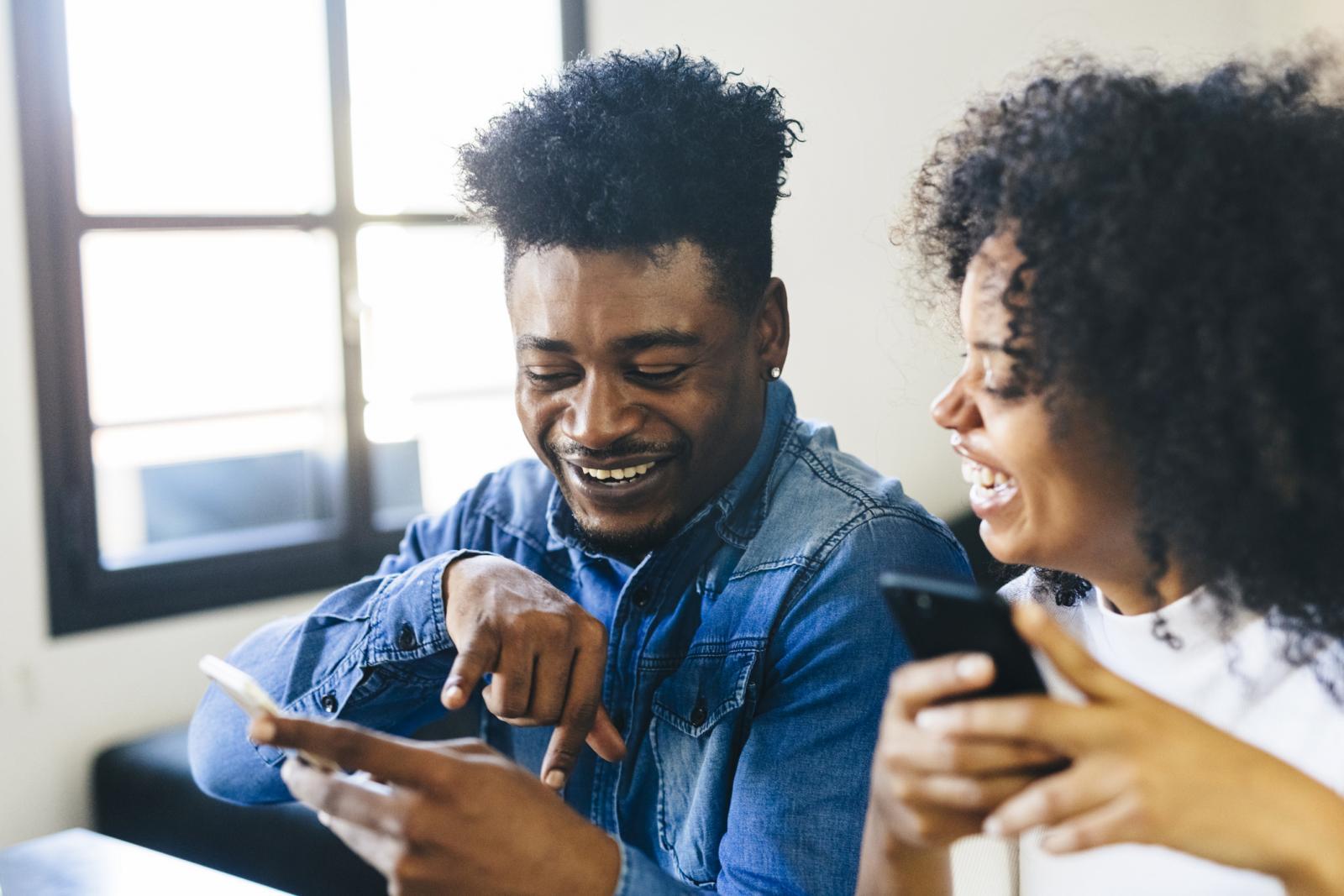 Compartir citas divertidas alegran la relación