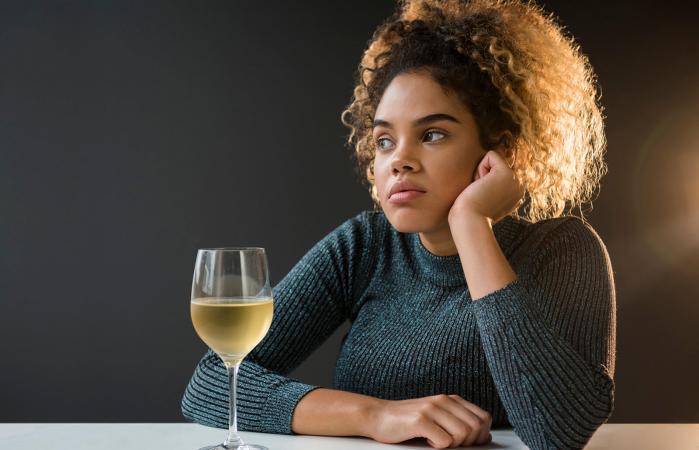 Mujer decepcionada por cita cancelada