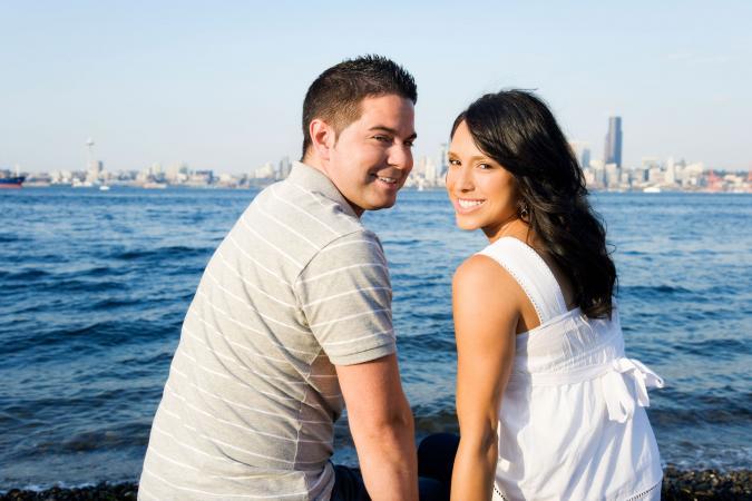 Una pareja feliz tomando un paseo marítimo