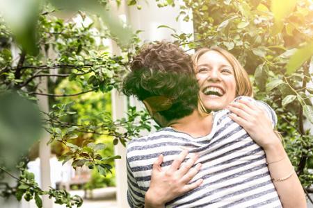 Joven pareja abrazándose