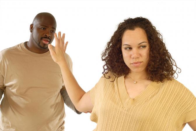 Mujer diciendo que lo dejes ir