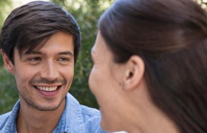 Hombre sonriendo a su novia