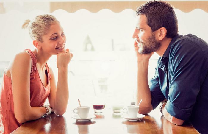 Pareja conversando en una cita