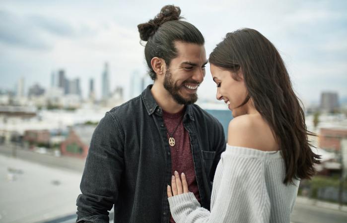 pareja sonriente pasando tiempo libre en la ciudad