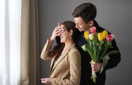 Sorprende con unos tulipanes a su pareja