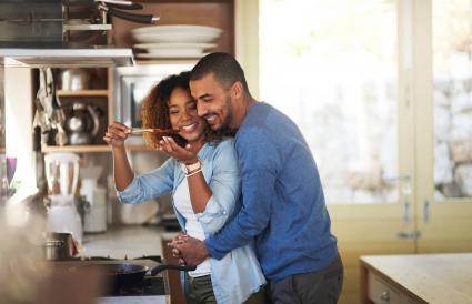 Mujer dando a su pareja una probada de la comida