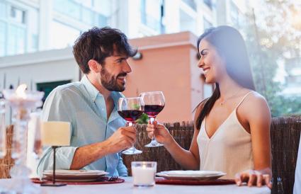 Pareja brindado con vino