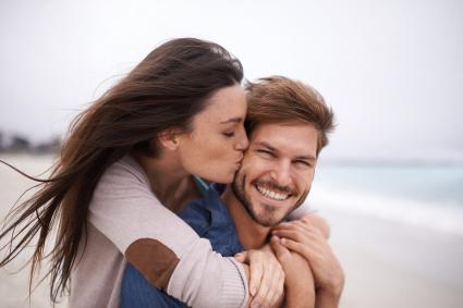 romántica joven pareja en la playa