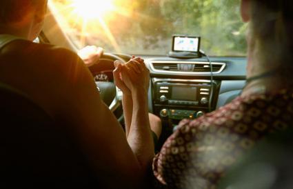 Pareja conduciendo en un coche