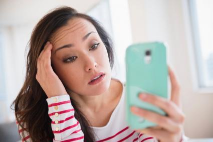 Mujer estresada usando un teléfono celular
