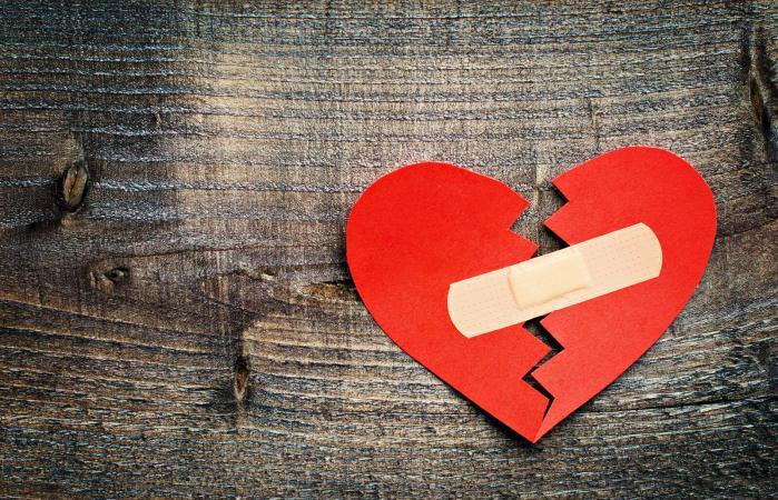 Corazón roto de papel