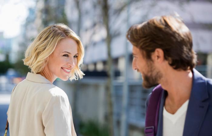 Hombre y mujer se sonríen el uno al otro