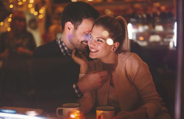 Pareja flirteando en una cita