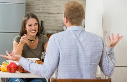 pareja cenando y hablando