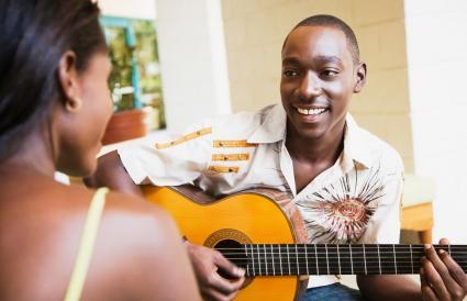 hombre tocando la guitarra para mujer