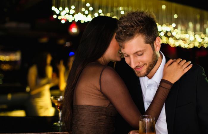 Pareja flirteando en un club