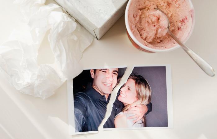Fotografía rasgada junto a un helado y pañuelos de papel