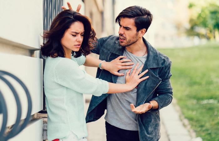 Novio enfadado discutiendo con su novia