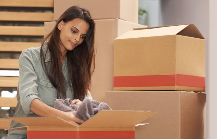 Mujer empaquetando las pertenencias de su ex en una caja