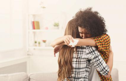Mujer consolando a su triste amiga