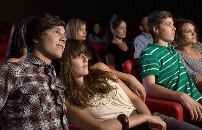Parejas viendo una película