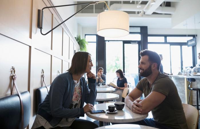 Una pareja bebiendo café
