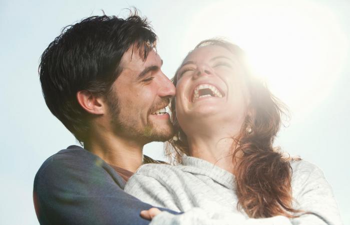 Una pareja joven riendo juntos