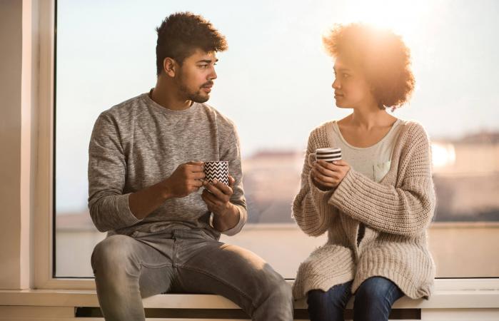 Pareja hablando entre sí durante la hora del café