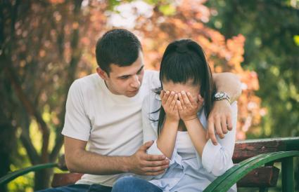 Joven apoyando a su novia
