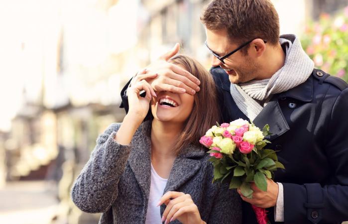 hombre sorprendente mujer con flores