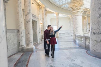 Pareja paseando por museo
