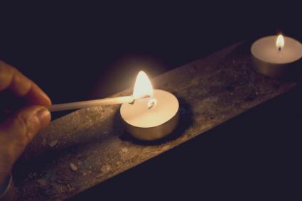 Encender una vela con un fósforo