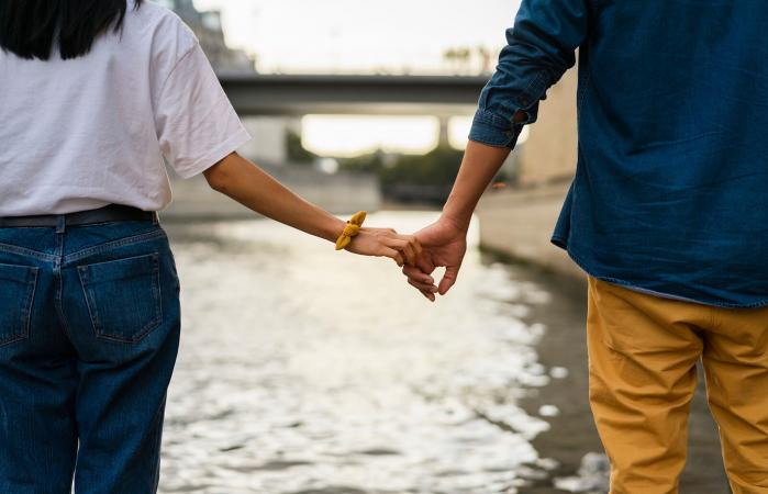 pareja tomándose de la mano