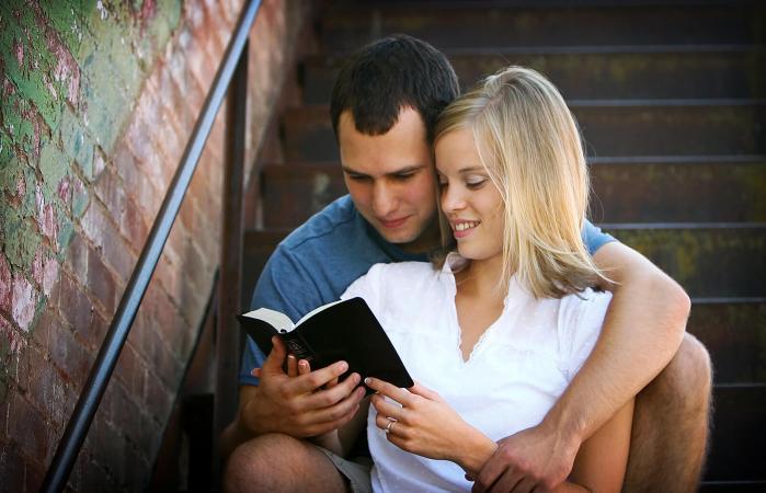 Pareja leyendo la biblia juntos