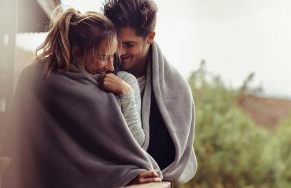 Pareja romántica en invierno