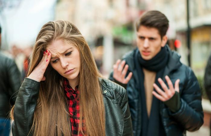 hombre gritándole a su novia