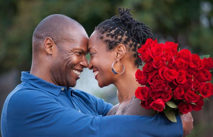 Dos personas enamoradas mirándose a los ojos