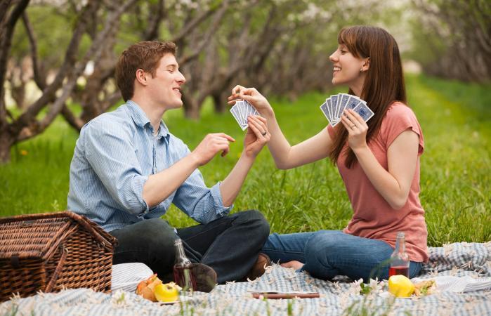Pareja de jóvenes jugando a las cartas
