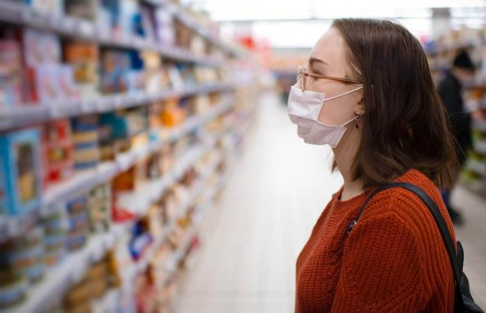 woman shopping with protective medical mask