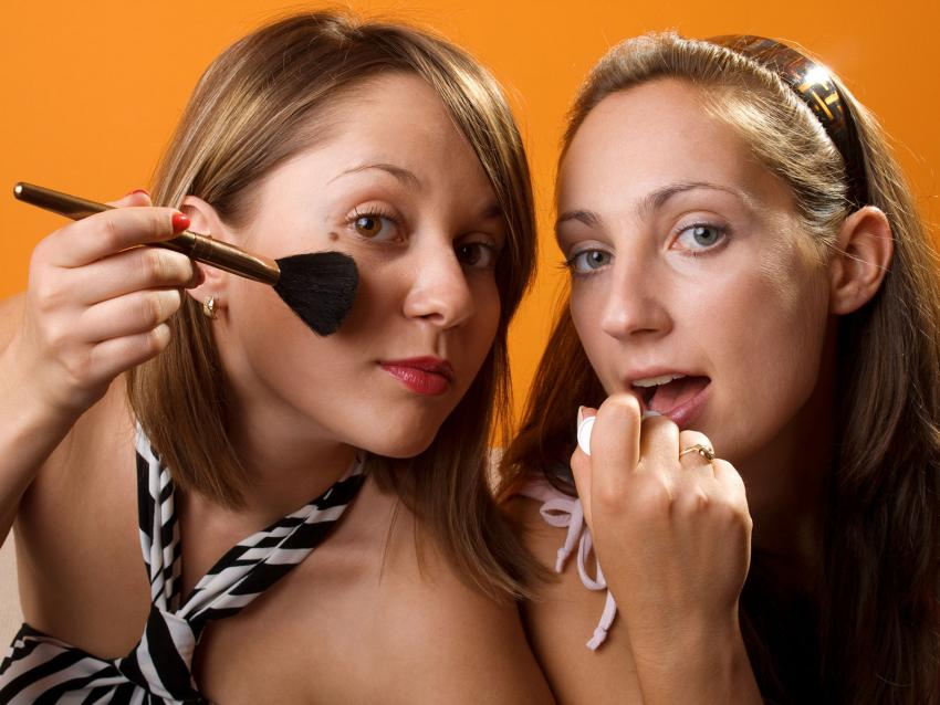 https://cf.ltkcdn.net/save/images/slide/212642-850x638-girls-applying-makeup.jpg