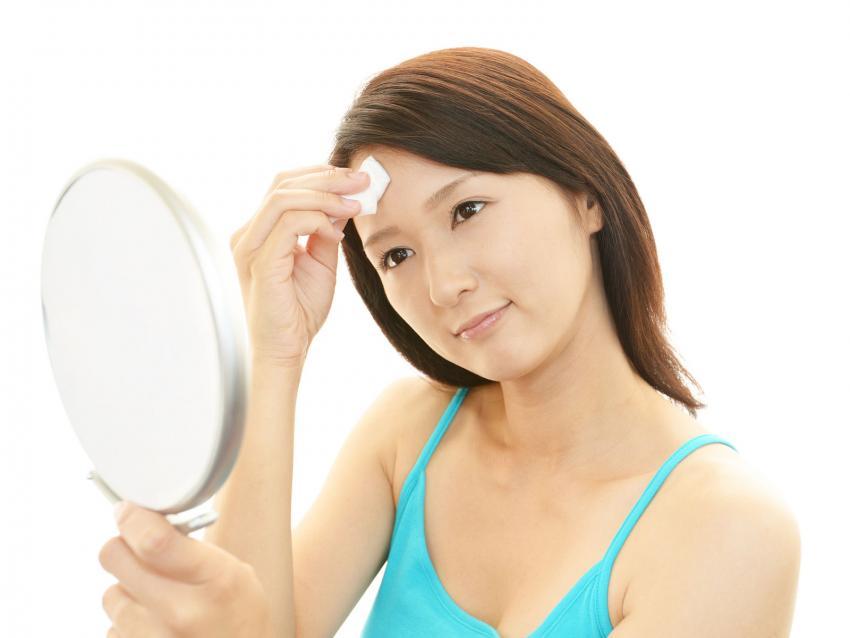 https://cf.ltkcdn.net/save/images/slide/212648-850x638-woman-using-an-astringent.jpg