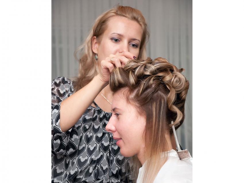 https://cf.ltkcdn.net/save/images/slide/212651-850x638-using-hairspray-in-salon.jpg
